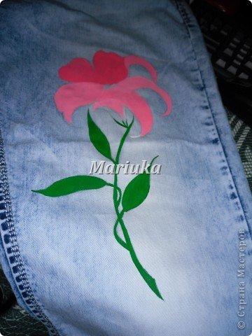 Здравствуйте.На днях мучила свои джинсы вот таим образом))) Взяла краски по ткани(я брала Деколу) и кисточки(лучше брать разного размера для основного рисунка и для мелких деталей) Нарисовала(обычным карандашем) рисунок и на чала его раскрашивать)))Сперва- лепесточки. фото 4