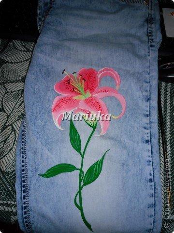 Здравствуйте.На днях мучила свои джинсы вот таим образом))) Взяла краски по ткани(я брала Деколу) и кисточки(лучше брать разного размера для основного рисунка и для мелких деталей) Нарисовала(обычным карандашем) рисунок и на чала его раскрашивать)))Сперва- лепесточки. фото 8