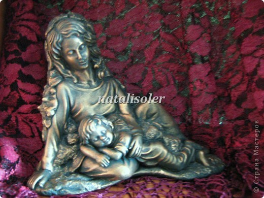 """Эта статуэтка """"Материнская нежность""""/фрагмент/ выполнена в технике имитации старой бронзы. Основа-гипсовая фигурка. Акриловые краски. Антигвинг. фото 2"""