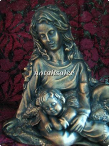"""Эта статуэтка """"Материнская нежность""""/фрагмент/ выполнена в технике имитации старой бронзы. Основа-гипсовая фигурка. Акриловые краски. Антигвинг. фото 1"""
