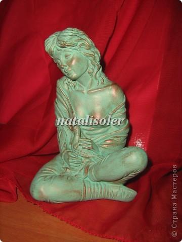 """Эта статуэтка """"Материнская нежность""""/фрагмент/ выполнена в технике имитации старой бронзы. Основа-гипсовая фигурка. Акриловые краски. Антигвинг. фото 6"""