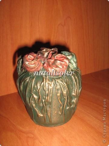 """Эта вазочка выполнена из носового платка, баночки из-под варенья. Использованы акриловые краски, антигвинг, клей. Техника """"застывшая ткань"""" фото 1"""