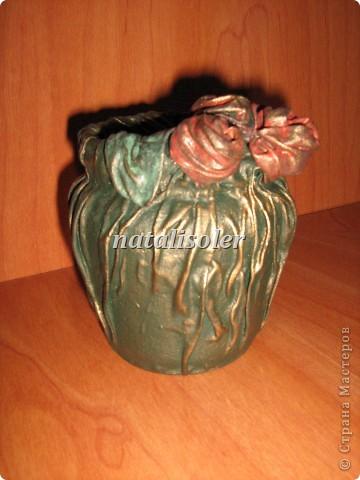 """Эта вазочка выполнена из носового платка, баночки из-под варенья. Использованы акриловые краски, антигвинг, клей. Техника """"застывшая ткань"""" фото 2"""
