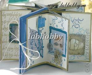 Круговая открытка-альбом - прекрасный способ для демонстрации различных технических приёмов со штампами, эмбосингом и оверлеем (прикреплением всяких интересных камушков, ракушек, бусинок привезенных из отпуска и оставленных пылиться в коробках).         Она состоит из восьми страниц или секций соединенных вместе. Открытка-альбом имеет заднюю и переднюю обложку, а в распахнутом виде представляет собой звездочку, напоминающую морскую звезду.  Что вам понадобится: Кремовые странички              - 8 шт.  10х8.5 см., Темно-синие странички         - 8 шт.  13х8.5 см., Песочного цвета странички   - 8 шт.  15х8.5 см., Толстый картон      - 2 шт. квадрат со сторонами 9 см., Один лист декоративной бумаги для обложки, Тесемка или бичевка длиной около 60 см., Ручка  krylon  золотистого цвета для оконтовки. фото 1