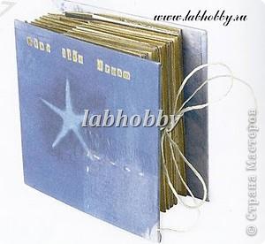Круговая открытка-альбом - прекрасный способ для демонстрации различных технических приёмов со штампами, эмбосингом и оверлеем (прикреплением всяких интересных камушков, ракушек, бусинок привезенных из отпуска и оставленных пылиться в коробках).         Она состоит из восьми страниц или секций соединенных вместе. Открытка-альбом имеет заднюю и переднюю обложку, а в распахнутом виде представляет собой звездочку, напоминающую морскую звезду.  Что вам понадобится: Кремовые странички              - 8 шт.  10х8.5 см., Темно-синие странички         - 8 шт.  13х8.5 см., Песочного цвета странички   - 8 шт.  15х8.5 см., Толстый картон      - 2 шт. квадрат со сторонами 9 см., Один лист декоративной бумаги для обложки, Тесемка или бичевка длиной около 60 см., Ручка  krylon  золотистого цвета для оконтовки. фото 10