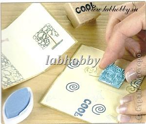 Круговая открытка-альбом - прекрасный способ для демонстрации различных технических приёмов со штампами, эмбосингом и оверлеем (прикреплением всяких интересных камушков, ракушек, бусинок привезенных из отпуска и оставленных пылиться в коробках).         Она состоит из восьми страниц или секций соединенных вместе. Открытка-альбом имеет заднюю и переднюю обложку, а в распахнутом виде представляет собой звездочку, напоминающую морскую звезду.  Что вам понадобится: Кремовые странички              - 8 шт.  10х8.5 см., Темно-синие странички         - 8 шт.  13х8.5 см., Песочного цвета странички   - 8 шт.  15х8.5 см., Толстый картон      - 2 шт. квадрат со сторонами 9 см., Один лист декоративной бумаги для обложки, Тесемка или бичевка длиной около 60 см., Ручка  krylon  золотистого цвета для оконтовки. фото 2