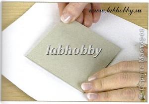 Круговая открытка-альбом - прекрасный способ для демонстрации различных технических приёмов со штампами, эмбосингом и оверлеем (прикреплением всяких интересных камушков, ракушек, бусинок привезенных из отпуска и оставленных пылиться в коробках).         Она состоит из восьми страниц или секций соединенных вместе. Открытка-альбом имеет заднюю и переднюю обложку, а в распахнутом виде представляет собой звездочку, напоминающую морскую звезду.  Что вам понадобится: Кремовые странички              - 8 шт.  10х8.5 см., Темно-синие странички         - 8 шт.  13х8.5 см., Песочного цвета странички   - 8 шт.  15х8.5 см., Толстый картон      - 2 шт. квадрат со сторонами 9 см., Один лист декоративной бумаги для обложки, Тесемка или бичевка длиной около 60 см., Ручка  krylon  золотистого цвета для оконтовки. фото 5