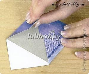 Круговая открытка-альбом - прекрасный способ для демонстрации различных технических приёмов со штампами, эмбосингом и оверлеем (прикреплением всяких интересных камушков, ракушек, бусинок привезенных из отпуска и оставленных пылиться в коробках).         Она состоит из восьми страниц или секций соединенных вместе. Открытка-альбом имеет заднюю и переднюю обложку, а в распахнутом виде представляет собой звездочку, напоминающую морскую звезду.  Что вам понадобится: Кремовые странички              - 8 шт.  10х8.5 см., Темно-синие странички         - 8 шт.  13х8.5 см., Песочного цвета странички   - 8 шт.  15х8.5 см., Толстый картон      - 2 шт. квадрат со сторонами 9 см., Один лист декоративной бумаги для обложки, Тесемка или бичевка длиной около 60 см., Ручка  krylon  золотистого цвета для оконтовки. фото 6