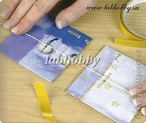 Круговая открытка-альбом - прекрасный способ для демонстрации различных технических приёмов со штампами, эмбосингом и оверлеем (прикреплением всяких интересных камушков, ракушек, бусинок привезенных из отпуска и оставленных пылиться в коробках).         Она состоит из восьми страниц или секций соединенных вместе. Открытка-альбом имеет заднюю и переднюю обложку, а в распахнутом виде представляет собой звездочку, напоминающую морскую звезду.  Что вам понадобится: Кремовые странички              - 8 шт.  10х8.5 см., Темно-синие странички         - 8 шт.  13х8.5 см., Песочного цвета странички   - 8 шт.  15х8.5 см., Толстый картон      - 2 шт. квадрат со сторонами 9 см., Один лист декоративной бумаги для обложки, Тесемка или бичевка длиной около 60 см., Ручка  krylon  золотистого цвета для оконтовки. фото 7