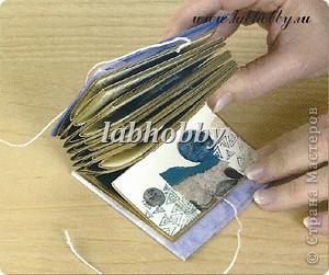 Круговая открытка-альбом - прекрасный способ для демонстрации различных технических приёмов со штампами, эмбосингом и оверлеем (прикреплением всяких интересных камушков, ракушек, бусинок привезенных из отпуска и оставленных пылиться в коробках).         Она состоит из восьми страниц или секций соединенных вместе. Открытка-альбом имеет заднюю и переднюю обложку, а в распахнутом виде представляет собой звездочку, напоминающую морскую звезду.  Что вам понадобится: Кремовые странички              - 8 шт.  10х8.5 см., Темно-синие странички         - 8 шт.  13х8.5 см., Песочного цвета странички   - 8 шт.  15х8.5 см., Толстый картон      - 2 шт. квадрат со сторонами 9 см., Один лист декоративной бумаги для обложки, Тесемка или бичевка длиной около 60 см., Ручка  krylon  золотистого цвета для оконтовки. фото 8