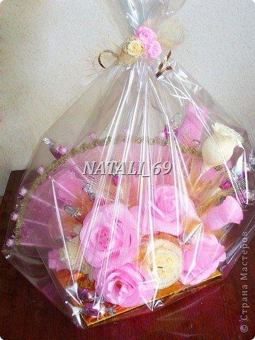 Похожий букет уже делала, только тут розы из гофрированной бумаги - гораздо более качественной.  Ну и результат, конечно же, другой :)  фото 4
