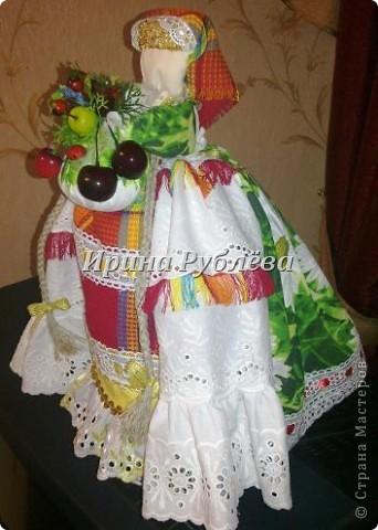 """В древности на Руси существовал обычай изготовления кукол, предназначенных для жертвоприношения разным богам. Каждая при создании обретала имя (Купало, Ярило и т.д.)  Появлялись и ритуальные куклы """"Кострома"""", """"Кукушка"""", """"Русалка"""", изображавшие мифических персонажей. Делали их из веток, трав, цветов, одевали в ткани. С ними участники обходили село, устраивали хороводы, игры, после чего """"хоронили""""-жертвовали богам: топили в реках, сжигали на кострах, а взамен просили счастья.  Создание на Руси """"домашних"""" тряпичных кукол нередко  сопровождалось заговором, наделяющим творение колдовской силой. Чаще всего их делали для себя. Лишь изредка-на заказ или продажу. Существовали своеобразные кукольные торги: выбрав из большого количества тряпичного товара """"свою"""", понравившуюся куклу, на место, где лежала избранница, люди клали выкуп (деньги, вещи, продукты, ткани и т.д.). Ритуальную куклу славяне тщательно оберегали, отводя для неё особое место в избе. Обрядовые куклы были обязательным составляющим всех важных событий. Кукла Берегиня семейного очага. Всё домашнее добро собрано в узелок и она его тщательно бережёт от дурного глаза, да от тех, кто нечист на руку.  фото 23"""