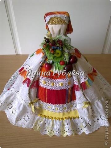 """В древности на Руси существовал обычай изготовления кукол, предназначенных для жертвоприношения разным богам. Каждая при создании обретала имя (Купало, Ярило и т.д.)  Появлялись и ритуальные куклы """"Кострома"""", """"Кукушка"""", """"Русалка"""", изображавшие мифических персонажей. Делали их из веток, трав, цветов, одевали в ткани. С ними участники обходили село, устраивали хороводы, игры, после чего """"хоронили""""-жертвовали богам: топили в реках, сжигали на кострах, а взамен просили счастья.  Создание на Руси """"домашних"""" тряпичных кукол нередко  сопровождалось заговором, наделяющим творение колдовской силой. Чаще всего их делали для себя. Лишь изредка-на заказ или продажу. Существовали своеобразные кукольные торги: выбрав из большого количества тряпичного товара """"свою"""", понравившуюся куклу, на место, где лежала избранница, люди клали выкуп (деньги, вещи, продукты, ткани и т.д.). Ритуальную куклу славяне тщательно оберегали, отводя для неё особое место в избе. Обрядовые куклы были обязательным составляющим всех важных событий. Кукла Берегиня семейного очага. Всё домашнее добро собрано в узелок и она его тщательно бережёт от дурного глаза, да от тех, кто нечист на руку.  фото 22"""
