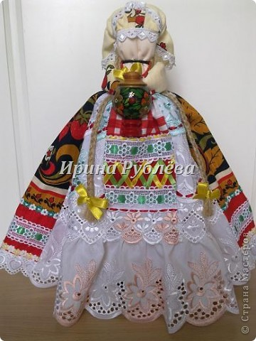 """В древности на Руси существовал обычай изготовления кукол, предназначенных для жертвоприношения разным богам. Каждая при создании обретала имя (Купало, Ярило и т.д.)  Появлялись и ритуальные куклы """"Кострома"""", """"Кукушка"""", """"Русалка"""", изображавшие мифических персонажей. Делали их из веток, трав, цветов, одевали в ткани. С ними участники обходили село, устраивали хороводы, игры, после чего """"хоронили""""-жертвовали богам: топили в реках, сжигали на кострах, а взамен просили счастья.  Создание на Руси """"домашних"""" тряпичных кукол нередко  сопровождалось заговором, наделяющим творение колдовской силой. Чаще всего их делали для себя. Лишь изредка-на заказ или продажу. Существовали своеобразные кукольные торги: выбрав из большого количества тряпичного товара """"свою"""", понравившуюся куклу, на место, где лежала избранница, люди клали выкуп (деньги, вещи, продукты, ткани и т.д.). Ритуальную куклу славяне тщательно оберегали, отводя для неё особое место в избе. Обрядовые куклы были обязательным составляющим всех важных событий. Кукла Берегиня семейного очага. Всё домашнее добро собрано в узелок и она его тщательно бережёт от дурного глаза, да от тех, кто нечист на руку.  фото 21"""