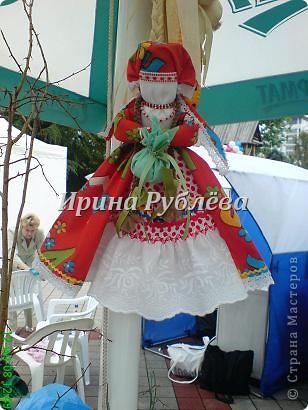 """В древности на Руси существовал обычай изготовления кукол, предназначенных для жертвоприношения разным богам. Каждая при создании обретала имя (Купало, Ярило и т.д.)  Появлялись и ритуальные куклы """"Кострома"""", """"Кукушка"""", """"Русалка"""", изображавшие мифических персонажей. Делали их из веток, трав, цветов, одевали в ткани. С ними участники обходили село, устраивали хороводы, игры, после чего """"хоронили""""-жертвовали богам: топили в реках, сжигали на кострах, а взамен просили счастья.  Создание на Руси """"домашних"""" тряпичных кукол нередко  сопровождалось заговором, наделяющим творение колдовской силой. Чаще всего их делали для себя. Лишь изредка-на заказ или продажу. Существовали своеобразные кукольные торги: выбрав из большого количества тряпичного товара """"свою"""", понравившуюся куклу, на место, где лежала избранница, люди клали выкуп (деньги, вещи, продукты, ткани и т.д.). Ритуальную куклу славяне тщательно оберегали, отводя для неё особое место в избе. Обрядовые куклы были обязательным составляющим всех важных событий. Кукла Берегиня семейного очага. Всё домашнее добро собрано в узелок и она его тщательно бережёт от дурного глаза, да от тех, кто нечист на руку.  фото 19"""