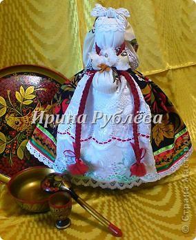 """В древности на Руси существовал обычай изготовления кукол, предназначенных для жертвоприношения разным богам. Каждая при создании обретала имя (Купало, Ярило и т.д.)  Появлялись и ритуальные куклы """"Кострома"""", """"Кукушка"""", """"Русалка"""", изображавшие мифических персонажей. Делали их из веток, трав, цветов, одевали в ткани. С ними участники обходили село, устраивали хороводы, игры, после чего """"хоронили""""-жертвовали богам: топили в реках, сжигали на кострах, а взамен просили счастья.  Создание на Руси """"домашних"""" тряпичных кукол нередко  сопровождалось заговором, наделяющим творение колдовской силой. Чаще всего их делали для себя. Лишь изредка-на заказ или продажу. Существовали своеобразные кукольные торги: выбрав из большого количества тряпичного товара """"свою"""", понравившуюся куклу, на место, где лежала избранница, люди клали выкуп (деньги, вещи, продукты, ткани и т.д.). Ритуальную куклу славяне тщательно оберегали, отводя для неё особое место в избе. Обрядовые куклы были обязательным составляющим всех важных событий. Кукла Берегиня семейного очага. Всё домашнее добро собрано в узелок и она его тщательно бережёт от дурного глаза, да от тех, кто нечист на руку.  фото 27"""