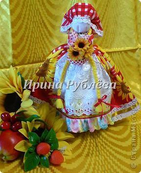 """В древности на Руси существовал обычай изготовления кукол, предназначенных для жертвоприношения разным богам. Каждая при создании обретала имя (Купало, Ярило и т.д.)  Появлялись и ритуальные куклы """"Кострома"""", """"Кукушка"""", """"Русалка"""", изображавшие мифических персонажей. Делали их из веток, трав, цветов, одевали в ткани. С ними участники обходили село, устраивали хороводы, игры, после чего """"хоронили""""-жертвовали богам: топили в реках, сжигали на кострах, а взамен просили счастья.  Создание на Руси """"домашних"""" тряпичных кукол нередко  сопровождалось заговором, наделяющим творение колдовской силой. Чаще всего их делали для себя. Лишь изредка-на заказ или продажу. Существовали своеобразные кукольные торги: выбрав из большого количества тряпичного товара """"свою"""", понравившуюся куклу, на место, где лежала избранница, люди клали выкуп (деньги, вещи, продукты, ткани и т.д.). Ритуальную куклу славяне тщательно оберегали, отводя для неё особое место в избе. Обрядовые куклы были обязательным составляющим всех важных событий. Кукла Берегиня семейного очага. Всё домашнее добро собрано в узелок и она его тщательно бережёт от дурного глаза, да от тех, кто нечист на руку.  фото 28"""