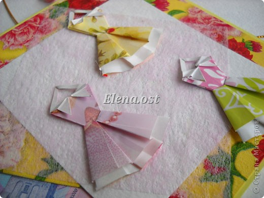 При копировании статьи, целиком или частично, пожалуйста, указывайте активную ссылку на источник! http://stranamasterov.ru/node/176315 http://stranamasterov.ru/user/9321  Открытка с элементами оригами (платье) и квиллинга. Размер открытки 14х13 см. Материалы: картон полосатый, бумага для акварели, бумага офисная, пайетки. фото 28