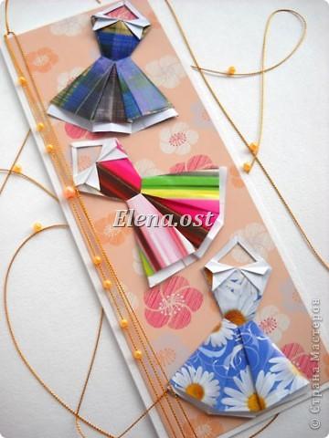 При копировании статьи, целиком или частично, пожалуйста, указывайте активную ссылку на источник! http://stranamasterov.ru/node/176315 http://stranamasterov.ru/user/9321  Открытка с элементами оригами (платье) и квиллинга. Размер открытки 14х13 см. Материалы: картон полосатый, бумага для акварели, бумага офисная, пайетки. фото 29
