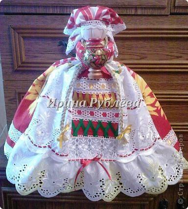 """В древности на Руси существовал обычай изготовления кукол, предназначенных для жертвоприношения разным богам. Каждая при создании обретала имя (Купало, Ярило и т.д.)  Появлялись и ритуальные куклы """"Кострома"""", """"Кукушка"""", """"Русалка"""", изображавшие мифических персонажей. Делали их из веток, трав, цветов, одевали в ткани. С ними участники обходили село, устраивали хороводы, игры, после чего """"хоронили""""-жертвовали богам: топили в реках, сжигали на кострах, а взамен просили счастья.  Создание на Руси """"домашних"""" тряпичных кукол нередко  сопровождалось заговором, наделяющим творение колдовской силой. Чаще всего их делали для себя. Лишь изредка-на заказ или продажу. Существовали своеобразные кукольные торги: выбрав из большого количества тряпичного товара """"свою"""", понравившуюся куклу, на место, где лежала избранница, люди клали выкуп (деньги, вещи, продукты, ткани и т.д.). Ритуальную куклу славяне тщательно оберегали, отводя для неё особое место в избе. Обрядовые куклы были обязательным составляющим всех важных событий. Кукла Берегиня семейного очага. Всё домашнее добро собрано в узелок и она его тщательно бережёт от дурного глаза, да от тех, кто нечист на руку.  фото 29"""