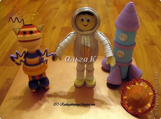 """Всем здравствуйте! 12 апреля совсем близко и, естественно, я не могла пройти мимо этого праздника и не сделать что-нибудь космическое со своими дочками. Тема очень интересная, вот уж где можно развернуться!!! На самом деле, работ на тему """"космос"""" с детьми я сделала очень много, но, почему-то их не фотографировала... Сегодня исправилась и спешу показать Вам что мы накрутили... А ещё хочу рассказать, как мы это крутили, даю небольшой МК...  фото 2"""