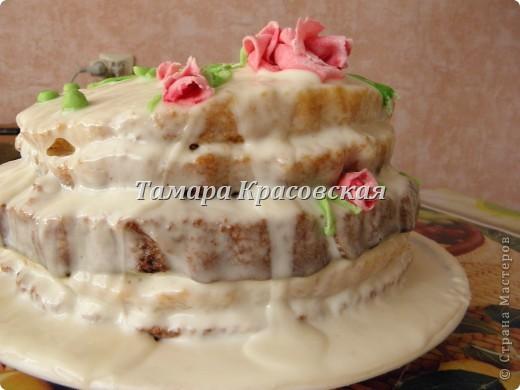 """Тортик делала по рецепту торта """"Графские развалины"""". Крем - сметанный. Роза из сахарной мастики. есть можно всё, окромя блюда, на котором торт находится. :) фото 2"""