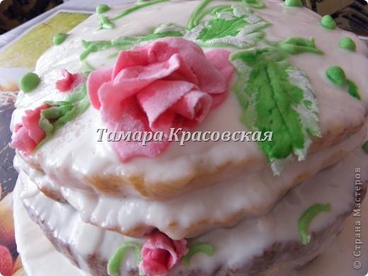"""Тортик делала по рецепту торта """"Графские развалины"""". Крем - сметанный. Роза из сахарной мастики. есть можно всё, окромя блюда, на котором торт находится. :) фото 1"""