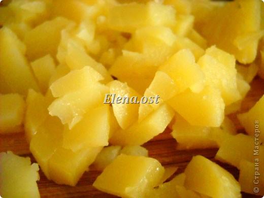 На 4 порции: 1 кг картофеля вареного, соль,  1 большая луковица, 3 маринованных огурца, 8 филейных кусочков сельди. Маринад: 6 ст. ложки масла подсолнечного, 2 ст. ложка уксуса(я делала без уксуса), 4 ст. ложки сливок,  молотый черный перец, сахар.  Для украшения: зелень, киви (3 шт.), оливки. фото 4