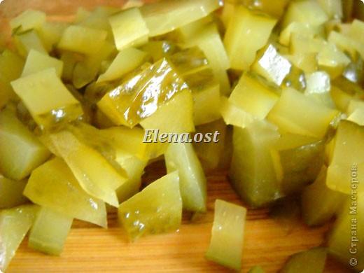 На 4 порции: 1 кг картофеля вареного, соль,  1 большая луковица, 3 маринованных огурца, 8 филейных кусочков сельди. Маринад: 6 ст. ложки масла подсолнечного, 2 ст. ложка уксуса(я делала без уксуса), 4 ст. ложки сливок,  молотый черный перец, сахар.  Для украшения: зелень, киви (3 шт.), оливки. фото 5