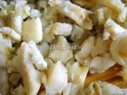 На 4 порции: 1 кг картофеля вареного, соль,  1 большая луковица, 3 маринованных огурца, 8 филейных кусочков сельди. Маринад: 6 ст. ложки масла подсолнечного, 2 ст. ложка уксуса(я делала без уксуса), 4 ст. ложки сливок,  молотый черный перец, сахар.  Для украшения: зелень, киви (3 шт.), оливки. фото 7