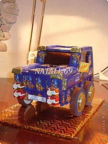 """Машина сделана в подарок мужчине - водителю с многолетним стажем. На номере надпись""""С Днем рождения!"""" и цифра 63. Ему исполняется 63 года.  Думаю, что такой подарок должен понравиться :) фото 2"""
