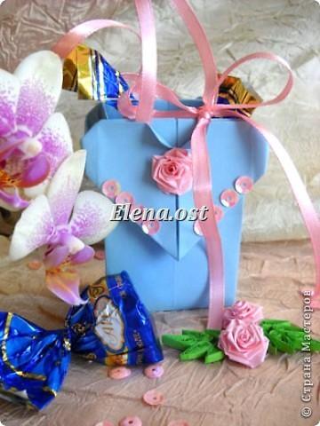 Сумочка-оригами для сладостей. Приятно дарить подарок в маленькой сумочке-бонбоньерке. Я сделала сумочку с сердцем из офисной бумаги. Формат А4. Размер сумочки 5.5Х8 см. При копировании статьи, целиком или частично, пожалуйста, указывайте активную ссылку на источник! http://stranamasterov.ru/user/9321 http://stranamasterov.ru/node/144940 фото 1