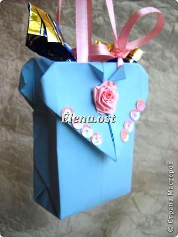 Сумочка-оригами для сладостей. Приятно дарить подарок в маленькой сумочке-бонбоньерке. Я сделала сумочку с сердцем из офисной бумаги. Формат А4. Размер сумочки 5.5Х8 см. При копировании статьи, целиком или частично, пожалуйста, указывайте активную ссылку на источник! http://stranamasterov.ru/user/9321 http://stranamasterov.ru/node/144940 фото 2