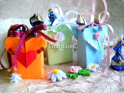 Сумочка-оригами для сладостей. Приятно дарить подарок в маленькой сумочке-бонбоньерке. Я сделала сумочку с сердцем из офисной бумаги. Формат А4. Размер сумочки 5.5Х8 см. При копировании статьи, целиком или частично, пожалуйста, указывайте активную ссылку на источник! http://stranamasterov.ru/user/9321 http://stranamasterov.ru/node/144940 фото 3