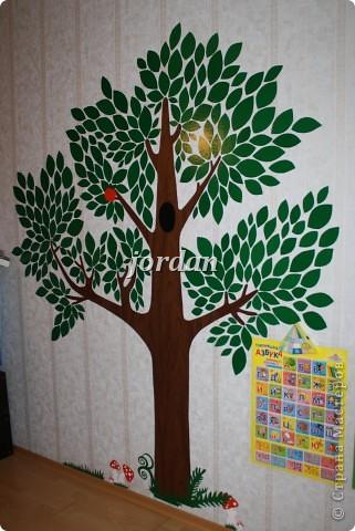 вечером не было, а на утро выросло в детской вот такое деревце 2,30см высотой)) идею увидела в интернете - наклейки декоретто, эксперимент с самоклейкой удался))  фото 1