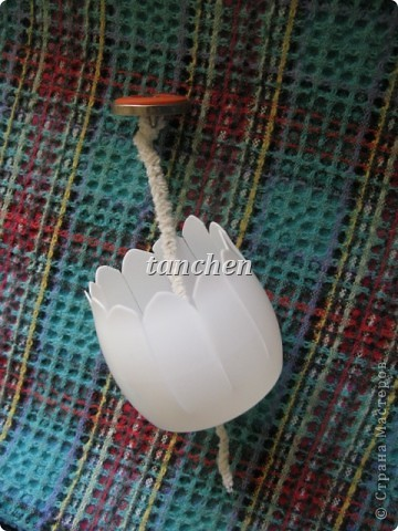 конструкция: разрезать поперек бутылку Актимель , сделать в ней отверстие, вставить в него ершик с пуговкой и...