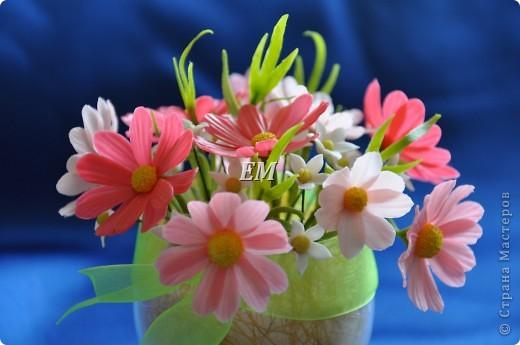 Вот на таких цветочках я опробовала свой новосвареный ХФ. Цветы очень простые и я не знала как их оформить...  Иногда не хочется изголяться - лепить сложные и экзотические цветы. И на этот раз захотелось чего-то простого. Долго крутила-вертела - для меня собрать композицию - мучительный процесс, но в бокале они смотрятся лучше всего. фото 4
