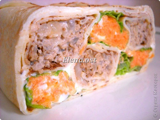 """При копировании статьи, целиком или частично, пожалуйста, указывайте ссылку на источник! http://stranamasterov.ru/node/188106 http://stranamasterov.ru/user/9321 Закуска блинная с морковью и мясом (первый """"кирпичик"""" закусочный). Ингредиенты для блюда: блины готовые - 22 шт., салат зеленый - пучок, мясо отварное - 400 г, лук жареный - 3 шт., сыр плавл. + чеснок (по вкусу) - 3 шт., морковь - 300 г, майонез, соль (по вкусу).  Из данной пропорции у меня получилось два """"кирпичика"""" закуски по 1 кг каждый. Для формирования """"кирпичика"""" использовала емкости из-под майонеза (800-граммовые).  фото 1"""