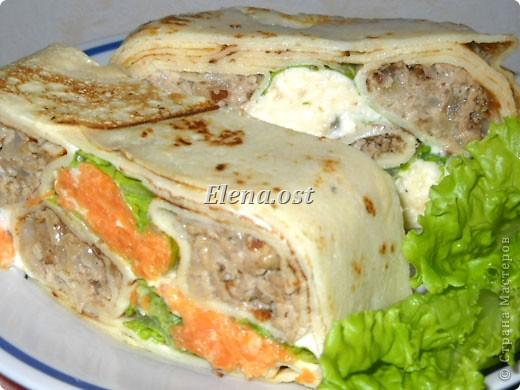 """При копировании статьи, целиком или частично, пожалуйста, указывайте ссылку на источник! http://stranamasterov.ru/node/188106 http://stranamasterov.ru/user/9321 Закуска блинная с морковью и мясом (первый """"кирпичик"""" закусочный). Ингредиенты для блюда: блины готовые - 22 шт., салат зеленый - пучок, мясо отварное - 400 г, лук жареный - 3 шт., сыр плавл. + чеснок (по вкусу) - 3 шт., морковь - 300 г, майонез, соль (по вкусу).  Из данной пропорции у меня получилось два """"кирпичика"""" закуски по 1 кг каждый. Для формирования """"кирпичика"""" использовала емкости из-под майонеза (800-граммовые).  фото 17"""