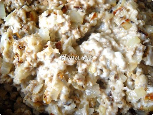 """При копировании статьи, целиком или частично, пожалуйста, указывайте ссылку на источник! http://stranamasterov.ru/node/188106 http://stranamasterov.ru/user/9321 Закуска блинная с морковью и мясом (первый """"кирпичик"""" закусочный). Ингредиенты для блюда: блины готовые - 22 шт., салат зеленый - пучок, мясо отварное - 400 г, лук жареный - 3 шт., сыр плавл. + чеснок (по вкусу) - 3 шт., морковь - 300 г, майонез, соль (по вкусу).  Из данной пропорции у меня получилось два """"кирпичика"""" закуски по 1 кг каждый. Для формирования """"кирпичика"""" использовала емкости из-под майонеза (800-граммовые).  фото 5"""