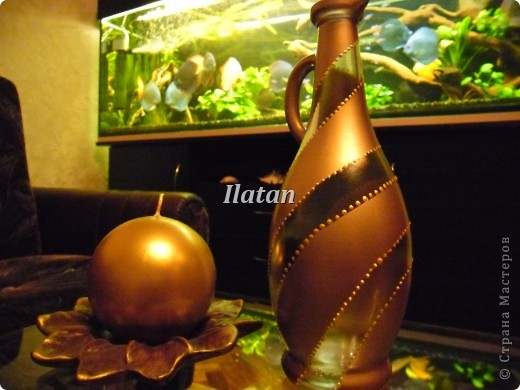 Захотелось просто вазочку в цвете золота. Бутылек, малярный скотч, краска-спрей, контур золото..... и вуа ля!! фото 1