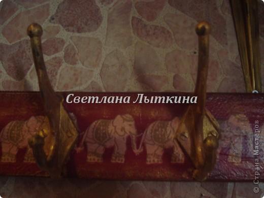 В мою прихожую срочно понадобилась дополнительная вешалка...и я решила из остатков ДСП, крючков сделать вешалку своими руками и выбрала индийский стиль: красный фон и золото + слоны..куда же без них. Вот что у меня получилось, все достаточно просто выполняется. фото 2