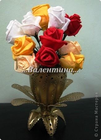 С такими розами из бумажных салфеток я поселилась в стране мастеров.       http://stranamasterov.ru/node/162472     Сегодня я разместила очередной букет в новую вазочку. Надеюсь, что Вы догадались из чего она сделана? фото 1