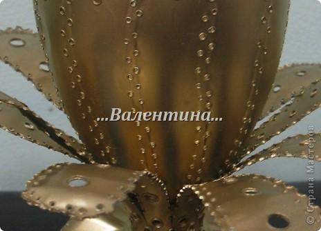 С такими розами из бумажных салфеток я поселилась в стране мастеров.       http://stranamasterov.ru/node/162472     Сегодня я разместила очередной букет в новую вазочку. Надеюсь, что Вы догадались из чего она сделана? фото 6