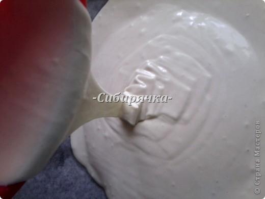 Доброго времени суток! Коврижкой называется вид сладкой выпечки из пряничного теста, т.е медовая коврижка это своего рода медовый пряник. Предлагаю Вам свой рецепт коврижки, которую я готовлю очень часто. Для приготовления медовой коврижки понадобится: - яйцо (2шт) - сахар (1/2 ст) - мед (2 ст.л.) - мука (2 ст) - разрыхлитель-сода (чуть больше 1/2 ч.л.) - соль (по вкусу) При желании можно добавить пряности (корицу, молотую гвоздику и т.п.) Я не добавляю, потому что люблю медовый запах выпечки. фото 8