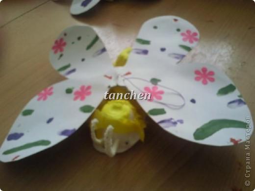 Бабочки, сделанные ребятами 5-6 лет, обклеили бабочки скрученными в шарик гофробумагой фото 2