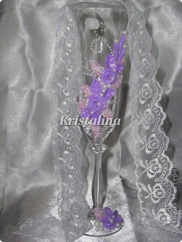 """Говорят, сейчас модно делать фиолетовые свадьбы. Выполнила под заказ """"Очарование"""" в желаемом цвете. Если честно, страшно было браться. Ну не представляла я себе фиолетовые розы на свадебном бокале. А когда сделала-обалдела. Получилось так сочно и богато и совсем не вульгарно.  фото 3"""