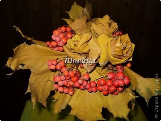 Осенний букет из кленовых листьев фото 1