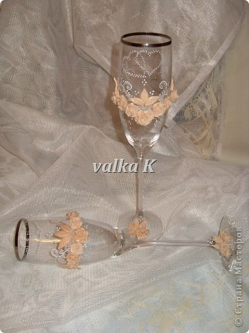 Сделала бокалы для себя.Это те бокальчики которые пострадали http://stranamasterov.ru/node/196523. Не хватает ленточки с бантиком,но я еще не поняла как его крепить ))))) фото 2