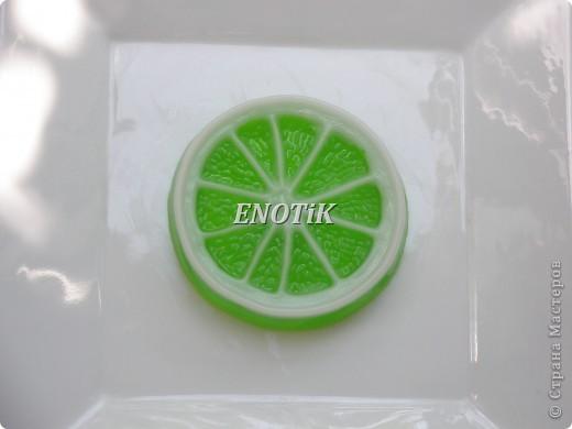 С эфирным маслом зеленого лимона.  Аромат-холодный, свежий, горьковатый. Эффективное средство против вегетососудистой дистонии. Устраняет сыпь различного происхождения Лечит фурункулы, лишаи, бородавки, экземы. Помогает бороться с трещинами на ладонях и подошвах. Оказывает антибактериальное, антисептическое действие. Облегчает лихорадку, способствует нормализации температуры тела.   Средство от головной боли, тошноты, головокружения, вызванных спазмами сосудов головного мозга или передозировкой кофеина. Нормализует обмен веществ, устраняет целлюлит, способствует снижению веса. Омолаживает стенки сосудов. Препятствует варикозному расширению вен. Повышает иммунитет. Помогает при усталости глаз  Отбеливает, разглаживает кожу, сводит веснушки и пигментные пятна.  Ликвидирует видимый сосудистый рисунок на коже.  Прекрасное средство от перхоти.  Устраняет ломкость ногтей.  Естественный осветлитель волос.  Уменьшает жирность кожи.  Очищает, сужает поры  Устраняет отеки  Устраняет куперозы  Уменьшает воспаление кожи   фото 2